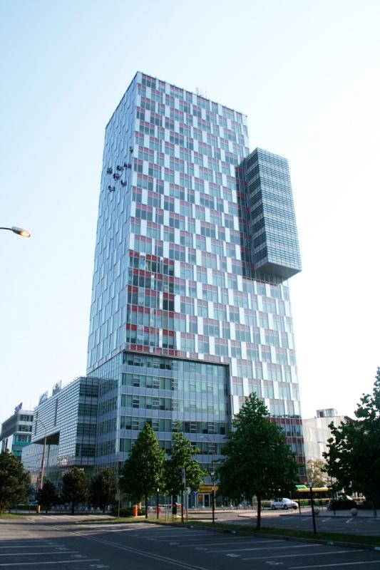 Umývanie okien na výškovej budove v Bratislave