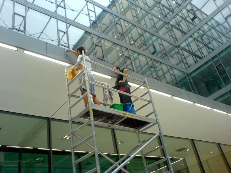 Umývanie okien z lešenia
