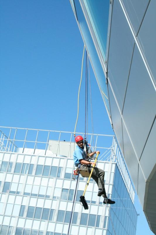 Umývanie okien na budove Orange