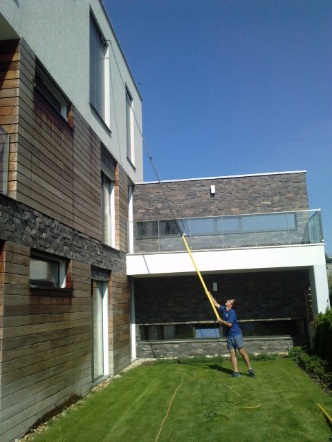 Umývanie okien na rodinnom dome