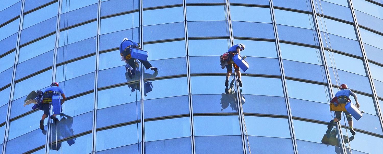 Čistenie sklenených povrchov výškových budov