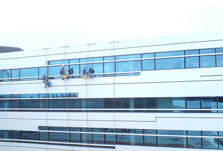 Umývanie okien na administratívnej budove