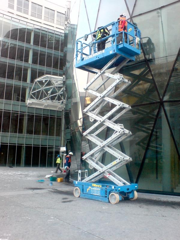 Umývanie okien pomocou vysokozvyžnej plošiny